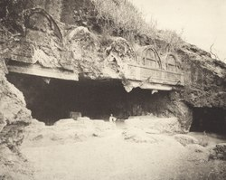 KITLV 88053 - Unknown - Entrance of a temple in a cave at Talaja in British India - 1897.tif