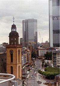"""Fráncfort, destruida durante la Segunda Guerra Mundial, la ciudad reconstruyó algunos edificios centenarios que fueron integrados a la """"nueva ciudad""""."""