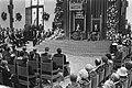Koningin Beatrix leest troonrede, rechts prins Claus, Bestanddeelnr 932-7064.jpg