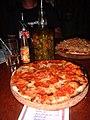 La mordaz pizza de pepperoni (y aceite infusionado de jalapeño)... @ El Mango Inn, Utila, HN.jpg