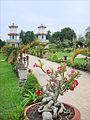 Le jardin du grand temple du Caodaïsme (Tay Ninh) (6582740305).jpg