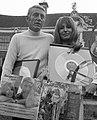 Liesbeth List en Rod McKuen presenteren LP Two against the morning in Kasteel Gr, Bestanddeelnr 925-9061 (cropped).jpg