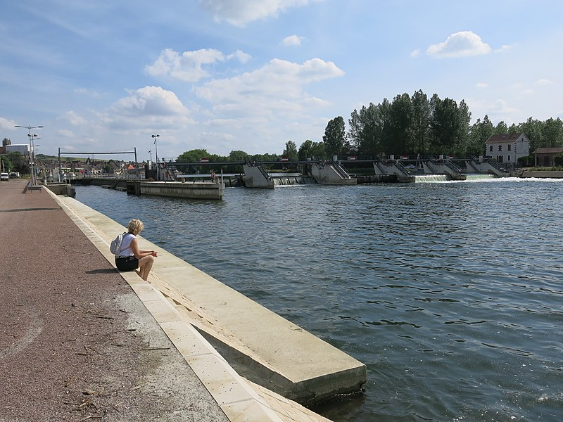 Lock and weir in Villeneuve-sur-Yonne (Yonne, France).