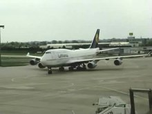 Datei:Lufthansa Boeing747 arrival.ogv