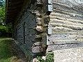 Maison à empilage de planches des Jouandis, Ajout de terre pour combler les trous.jpg