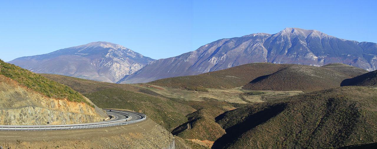 A1 menghubungkan Laut Adriatik di dataran rendah barat dengan Pegunungan Alpen Albania di utara.