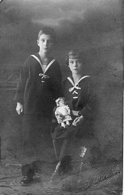 Mallász Gitta gyermekkorában a testvérével, Ottomárral (1914 körül)