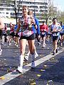 Marathon Paris 2010 Coureuse ne jettant pas ses dechets par terre.jpg
