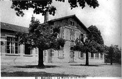 Maubec, la mairie et les écoles en 1925, p 120 de L'Isère les 533 communes.jpg