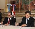 Mauricio Macri firma convenio con el Alcalde de Asunción del Paraguay (6482914637).jpg
