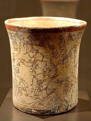 Maya vase i keramik fra det 7ende til 10ende århundrede. Fundet i det Nordlige Guatemala. Den afbildede figur er den unge Majsgud.