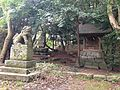 Minatogawa Shrine and stele of Akizuki Castle.JPG