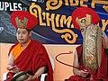 Moines accompagnant une danse sacrée du Tibet (7431622526).jpg