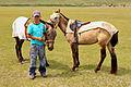 Mongolski chłopiec i konie na stepie podczas lokalnego festiwalu Naadam (04).jpg