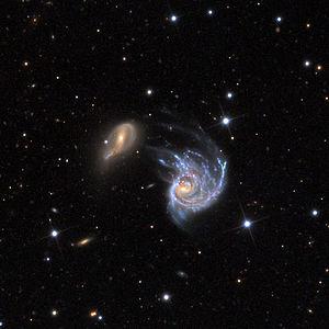 Die wechselwirkenden Galaxie NGC 218 (rechts) und Galaxie PGC 2726 (links) aufgenommen mit dem 81-cm-Spiegelteleskop des Mount-Lemmon-Observatoriums
