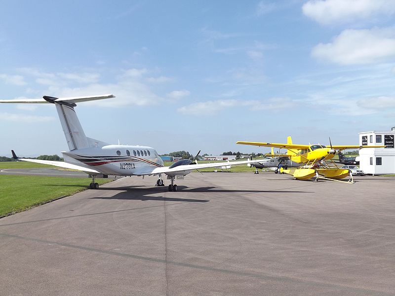 File:N238KA Beechcaft King Air 200GT With G-MDJE Cessna Caravan Floatplane (27147395850).jpg