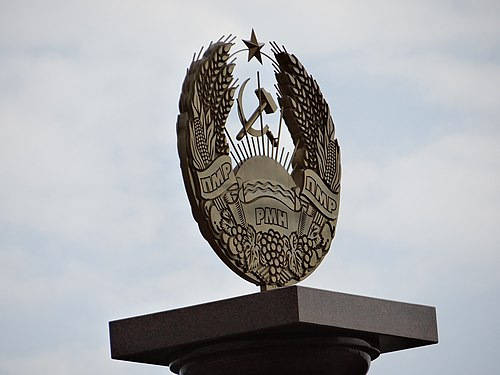 Transnistrian crest on plinth, Bender National Crest on Plinth - Bendery - Transnistria (36032553743).jpg