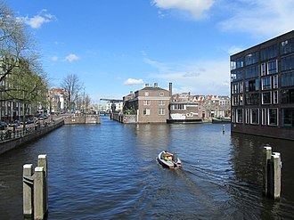 Kadijken - Southwestern point of the Kadijken, with Nieuwe Herengracht canal (left), the Scharrebiersluis sluice gates (centre) and Entrepotdok (right)