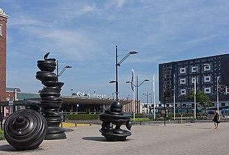 Nijmegen railway station - Image: Nijmegen, sculptuur zonder titel van Tony Cragg op het Stationsplein foto 4 2016 06 08 10.25