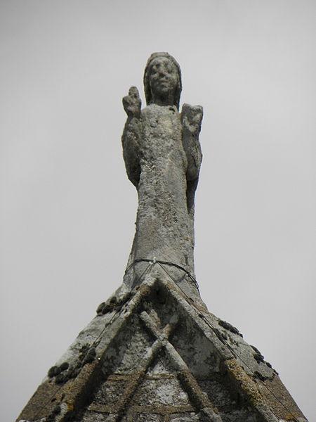 Porche sud de l'église Sainte-Noyale de Noyal-Pontivy (56). Statue sommitale du porche.