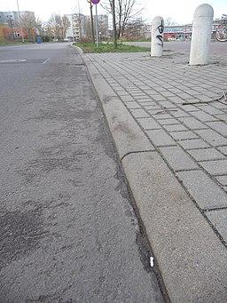 Osdorfer Straße. Im Rücken des Kamerastandortes links verläuft die Fahrbahn als Heinersdorfer Weg weiter - panoramio