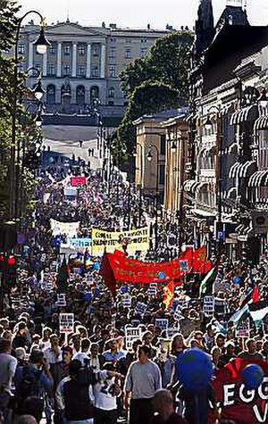 2002 World Bank Oslo protests - The march walking along Karl Johans Street with the Royal Palace in the background.