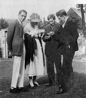 Jean de Menasce - Jean de Menasce, Vanessa Bell, Duncan Grant and Eric Siepmann. Photo by Lady Ottoline Morrell, 1922.