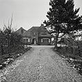 Overzicht oprijlaan richting voorzijde huis met entree - Wijlre - 20389233 - RCE.jpg