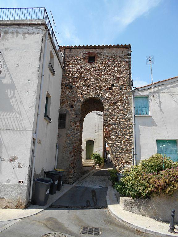 File pa porta de la vila fortificada wikimedia for La porta media
