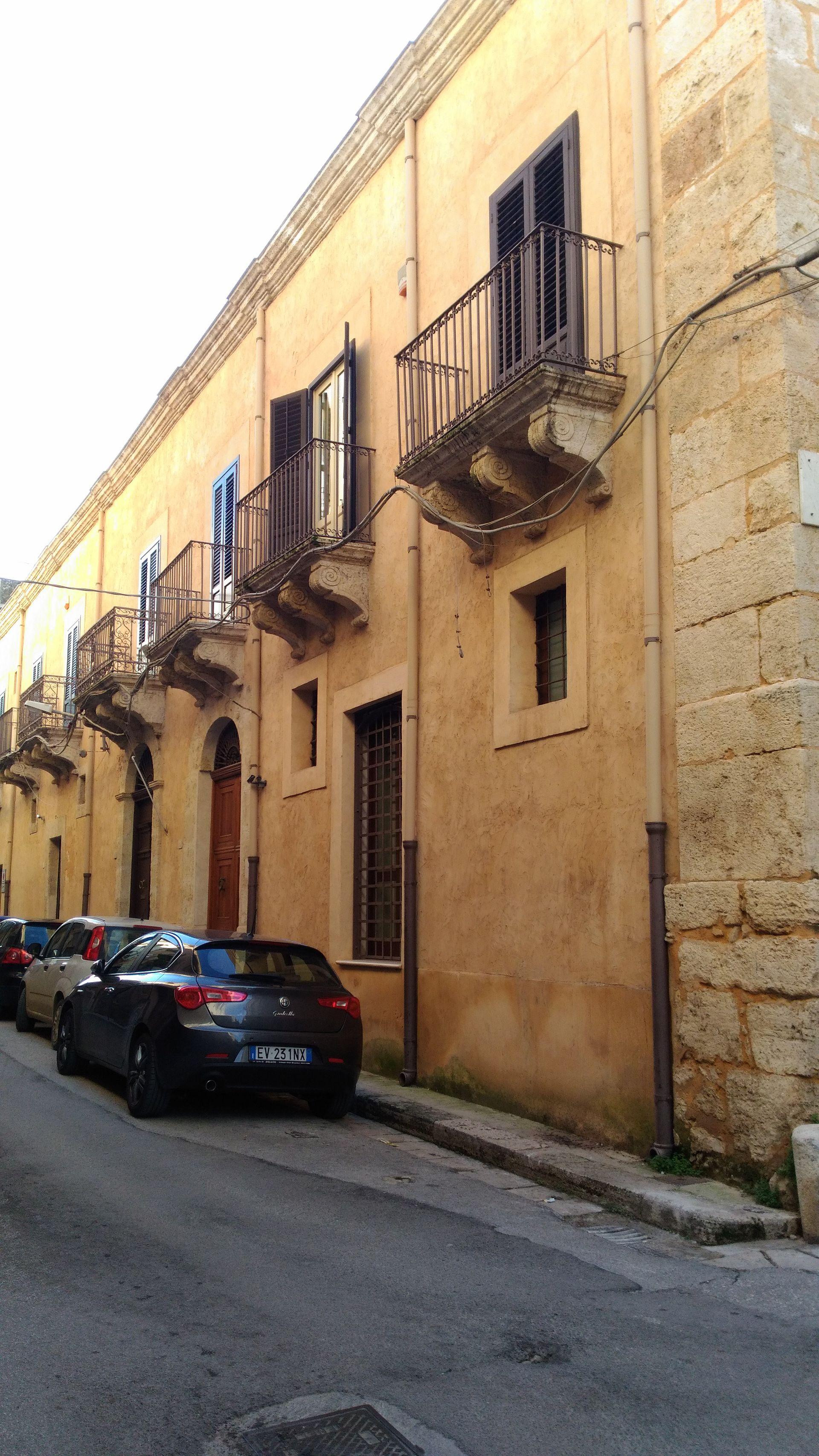 Palazzo guarrasi wikipedia - Finestra a tre aperture ...