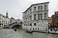 Palazzo dei Camerlenghi e Ponte Rialto a Venezia.jpg