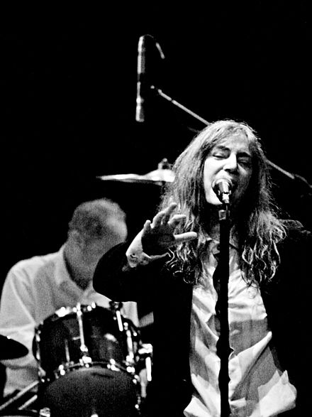 Patti Smith e Jay Dee Daugherty interpretando unha canción en The Roundhouse, Londres