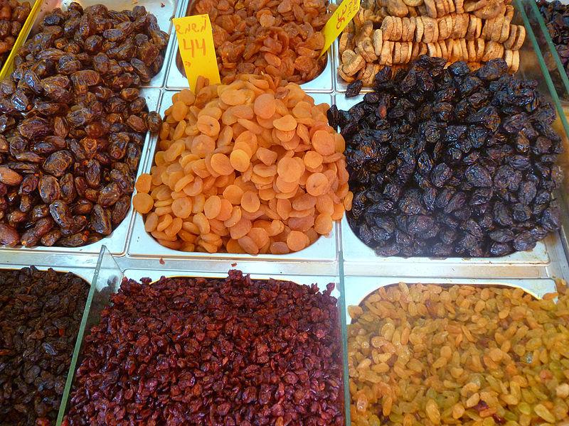 דוכן פירות יבשים בשוק מחנה יהודה בירושלים