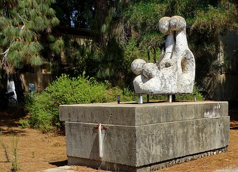 פסל בטון בעין שמר