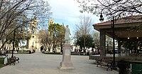 Plaza principal de Cadereyta Jiménez con estatua de Miguel Hidalgo.jpg