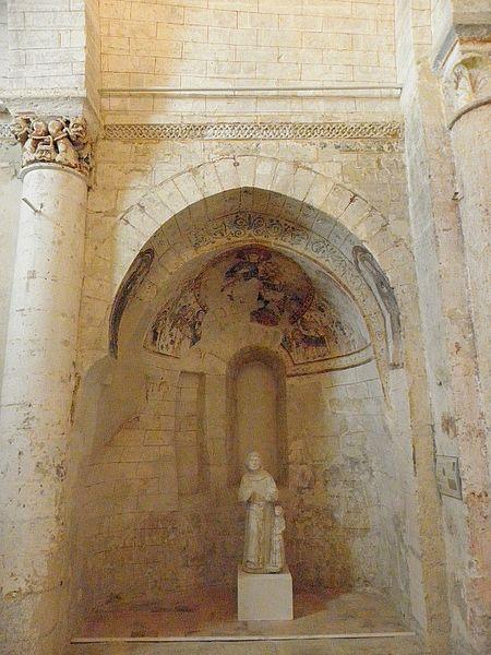 Intérieur de l'église Saint-Denis de Pontigné (49). Peintures murales de l'absidiole nord.