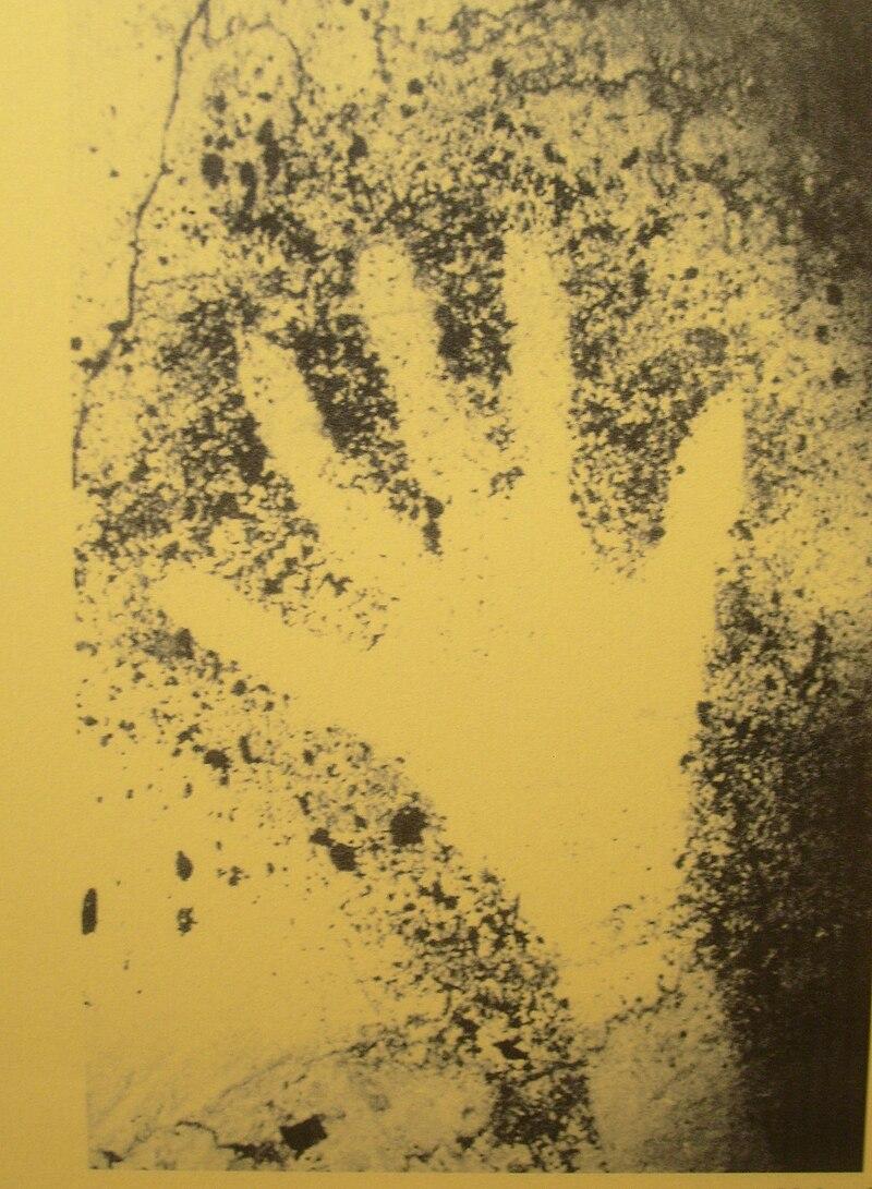 800px-Prehistoric_Hand_Outline_Cosquer_C