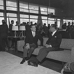 Presidente Juscelino Kubitschek de Oliveira (1956-1961) no Palácio da Alvorada - Manuel Farrajota Rocheta, embaixador de Portugal, entrega credenciais ao presidente, Brasília.jpg