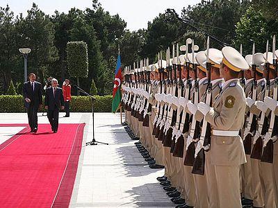 Prezydent Lech Kaczy%C5%84ski w towarzystwie Prezydenta Alijewa dokona%C5%82 przegl%C4%85du Kompanii Reprezentacyjnej