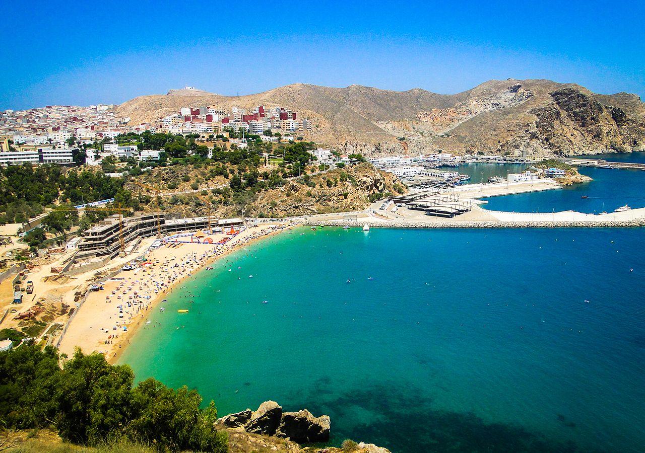 Al Hoceïma – Ortsbild mit Hafen und Strand