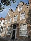 foto van Huis met dubbele trapgevel met fraaie muurankers