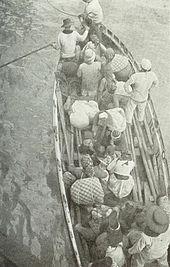 Une barque chargée de plusieurs passagers.