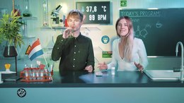 Bestand:Rens swallows pure Caffeine - Drugslab.webm