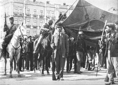 Revoltosos nas barricadas marcha com a bandeira da carbonaria