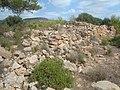 Ruinas de la torre. Muro de piedra seca que servia de paraviento circundante a la Torre del Cabo de Irta.jpg