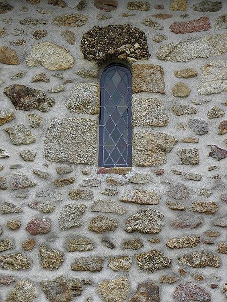 Église de Saint-Cyr-le-Gravelais (53). Fenêtre romane.