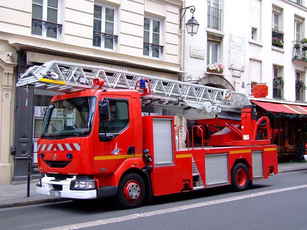 File sapeurs pompiers de paris renault 220 dci jpg wikimedia commons - Lit camion de pompier ...