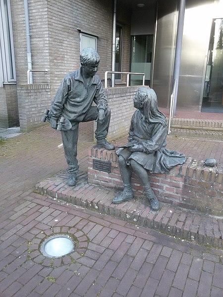 File:Sparen en spelen - Lieshout.jpg