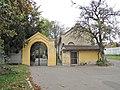 Střešovický hřbitov, Cukrovarnická ulice vstupní brána.jpg