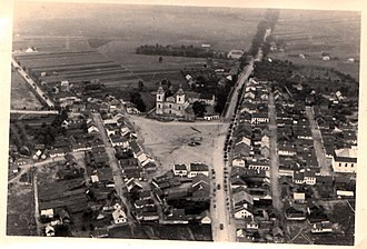 Stawiski - Aerial photo of Stawiski from the period of World War II. In the background, the church of St. Antoni Padewski and the Great Synagogue.